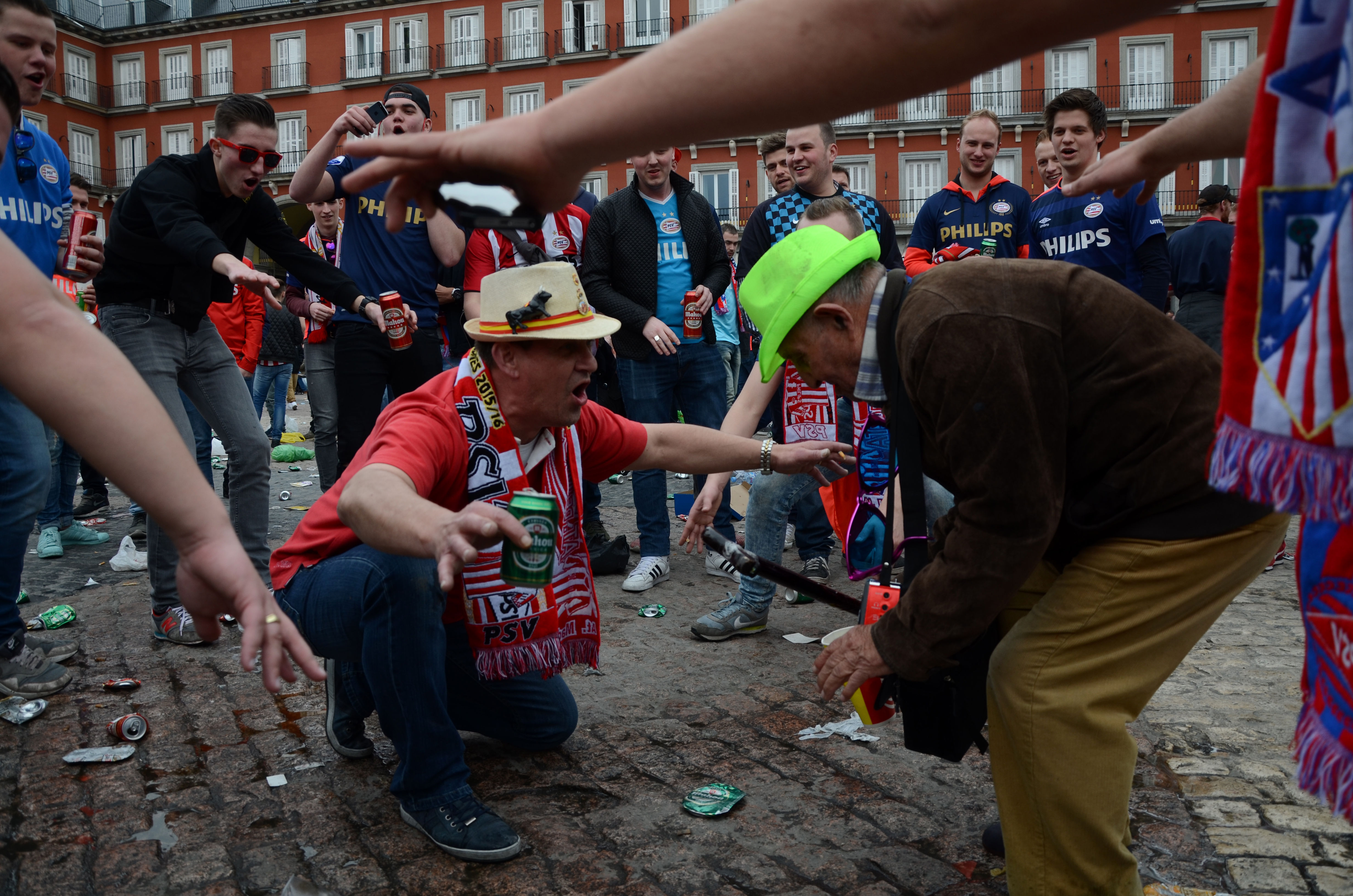 PSV fans humilate an old man in Madrid. Photo Zuma Press / HH