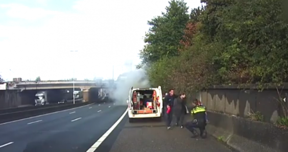 Video: children rescued from burning car on Rotterdam motorway