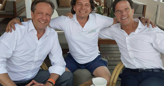 All at sea? Rutte and Pechtold discuss the formation problems at a beach bar