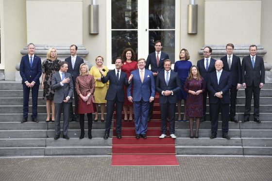 The new cabinet is sworn in: 16 ministers pose with the king ...