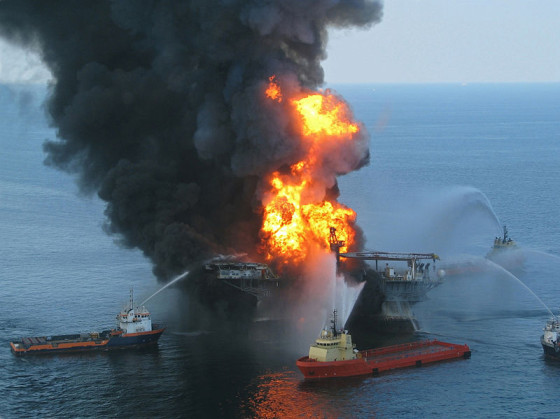 Deepwater_Horizon_offshore_drilling_unit_on_fire_2010