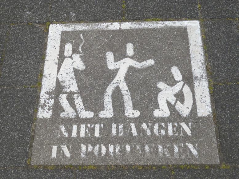 This paving stone warns teenagers not to hang around in doorways. Photo: DutchNews.nl