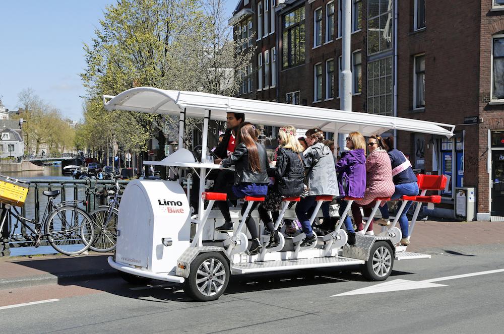 Nederland Amsterdam 2016 05 01.  Vrijgezellenfuif op de Limo Bike. Foto Berlinda van Dam / Hollandse Hoogte
