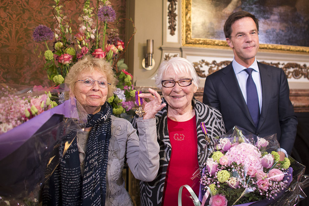 Truus Menger-Oversteegen (centre, with her sister and the prime minister. Photo: Defensie.nl
