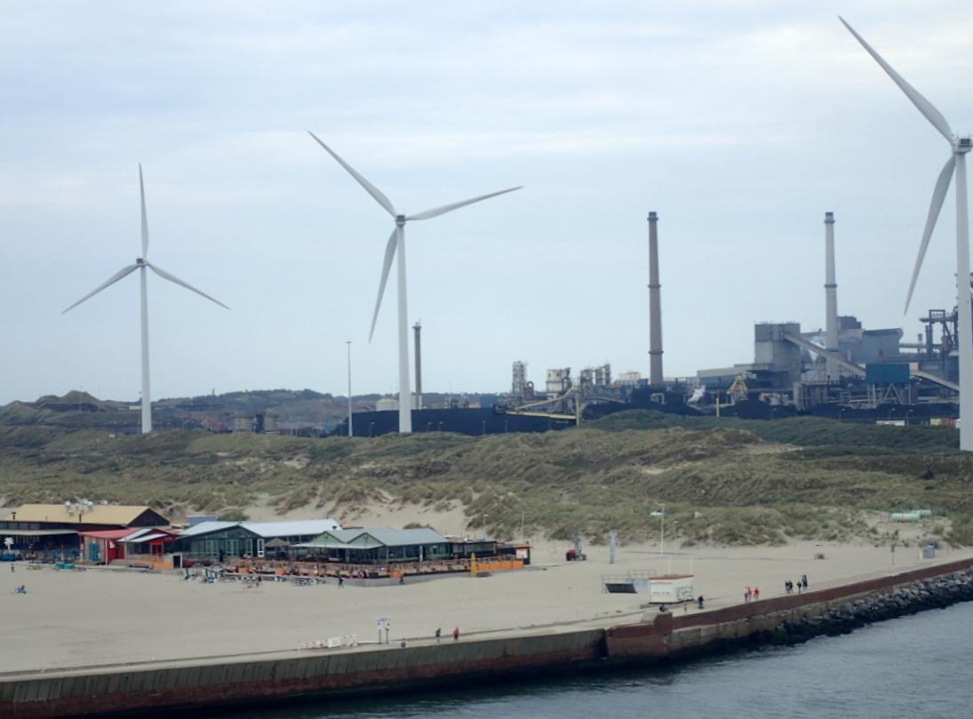 Tata Steel overlooks the beach in IJmuiden. Photo: DutchNews.nl
