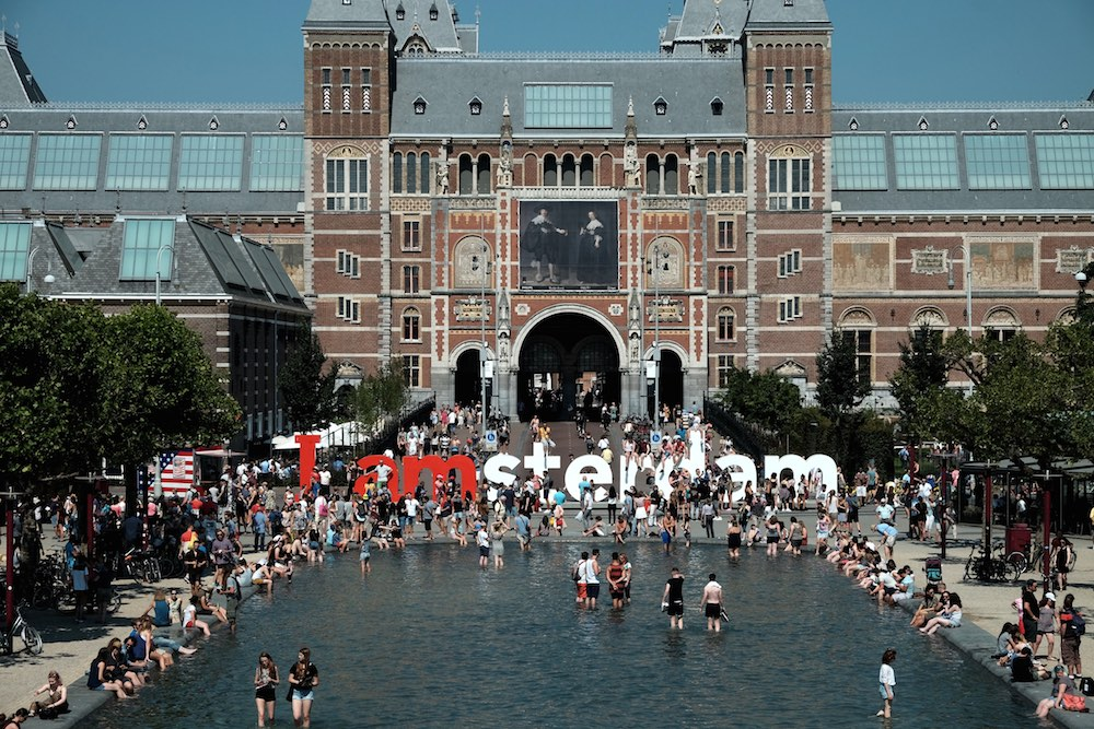 Tourists cool off in front of the Rijksmuseum in Amsterdam. Photo: Til & Wijnbergh / Hollandse Hoogte