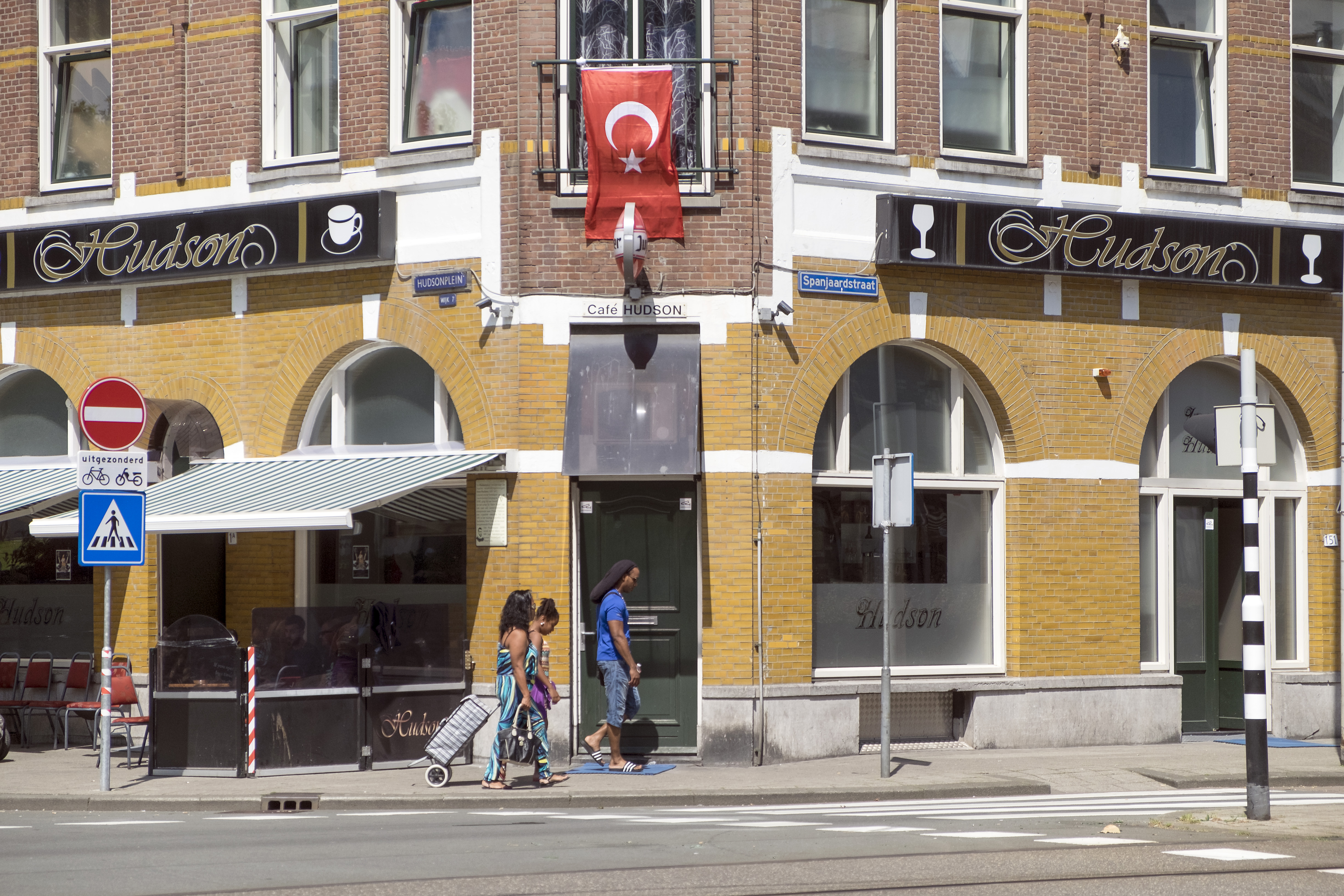 Turkish flags hanging outside an apartment in Rotterdam. Photo: Hans van Roon/HH