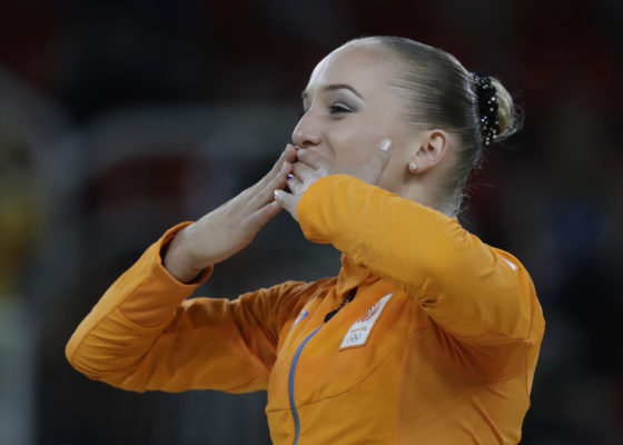 Netherlands' Sanne Wevers acknowledges the crowd before receiving her gold medal . Photo: AP Photo/Julio Cortez