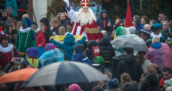 Zwarte Piet supporters close motorway to stop demo as Sinterklaas arrives