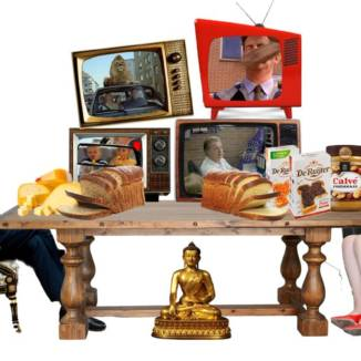 Photomontage featuring Mark Rutte and Theresa May sitting at opposite ends of a breakfast table adorned with peanut butter, sliced bread, cheese and chocolate sprinkles, with four television screens showing Dutch commercials above and a golden Buddha statue below.