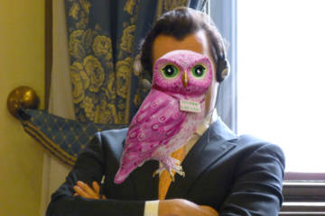 DutchNews podcast photomontage of Thierry Baudet with his face obscured by a sculpture of the Owl of Minerva.