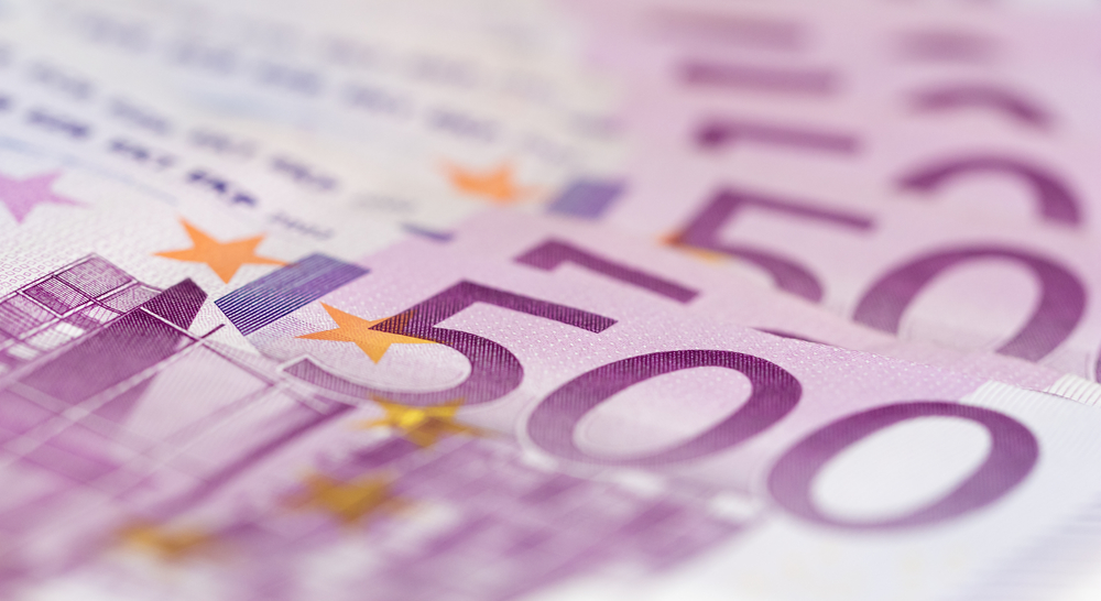 Man arrested at Schiphol after suitcase stuffed with cash busts open - DutchNews.nl