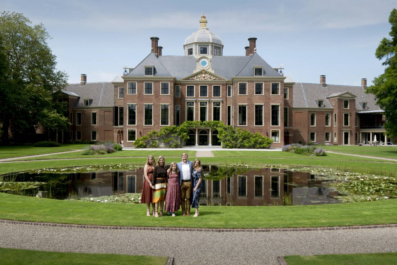 Royals pose for summer session in front of their new home - DutchNews.nl - Live