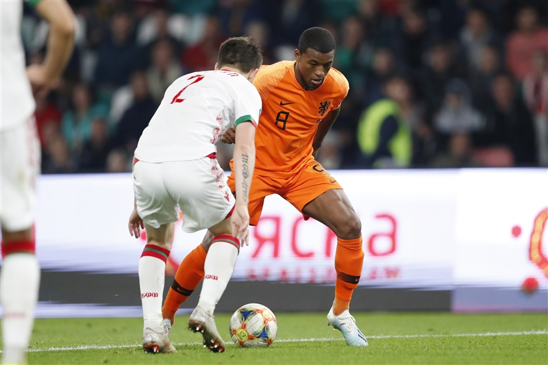 Georginio Wijnaldum attempting to pass Belarus striker Stanislav Dragun.