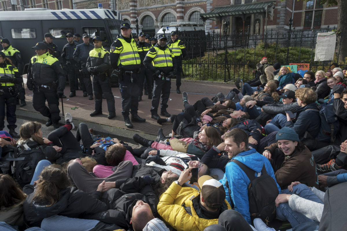 Police and Extinction Rebellion protesters on Stadhouderskade