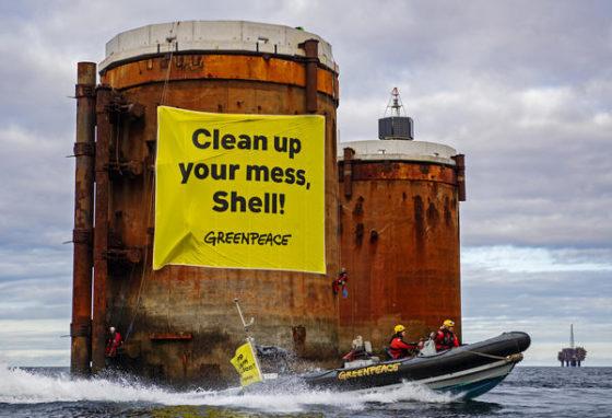 Manifestación de Greenpeace en tanques de petroleo