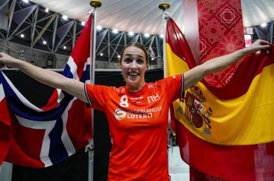 Lois Abbingh poses after the semi-final in front of the flags of Spain and Denmark
