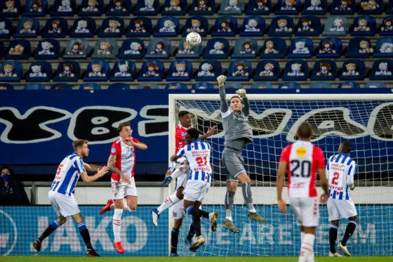 Heerenveen speelt tegen Emmen voor een tribune vol teddyberen.
