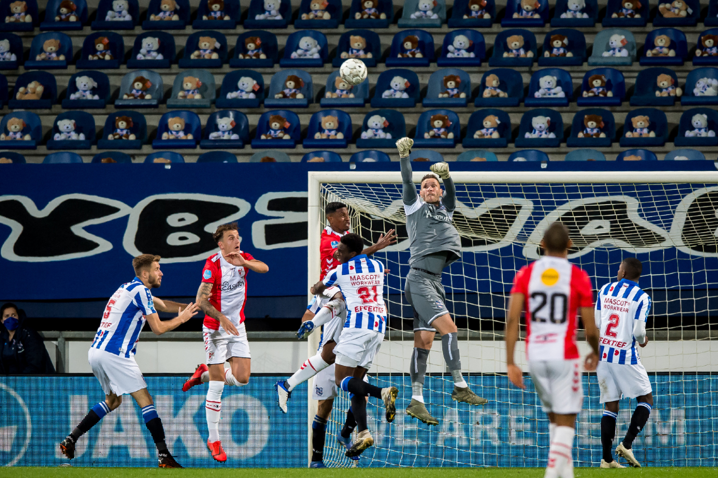 Ajax top Eredivisie after 13-0 win as Covid-hit PSV lose ground - DutchNews.nl