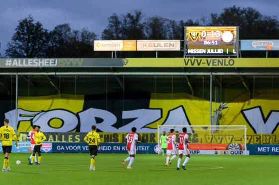 Het scorebord toont de 13-0-score in de 87e minuut boven de spelers op het veld.