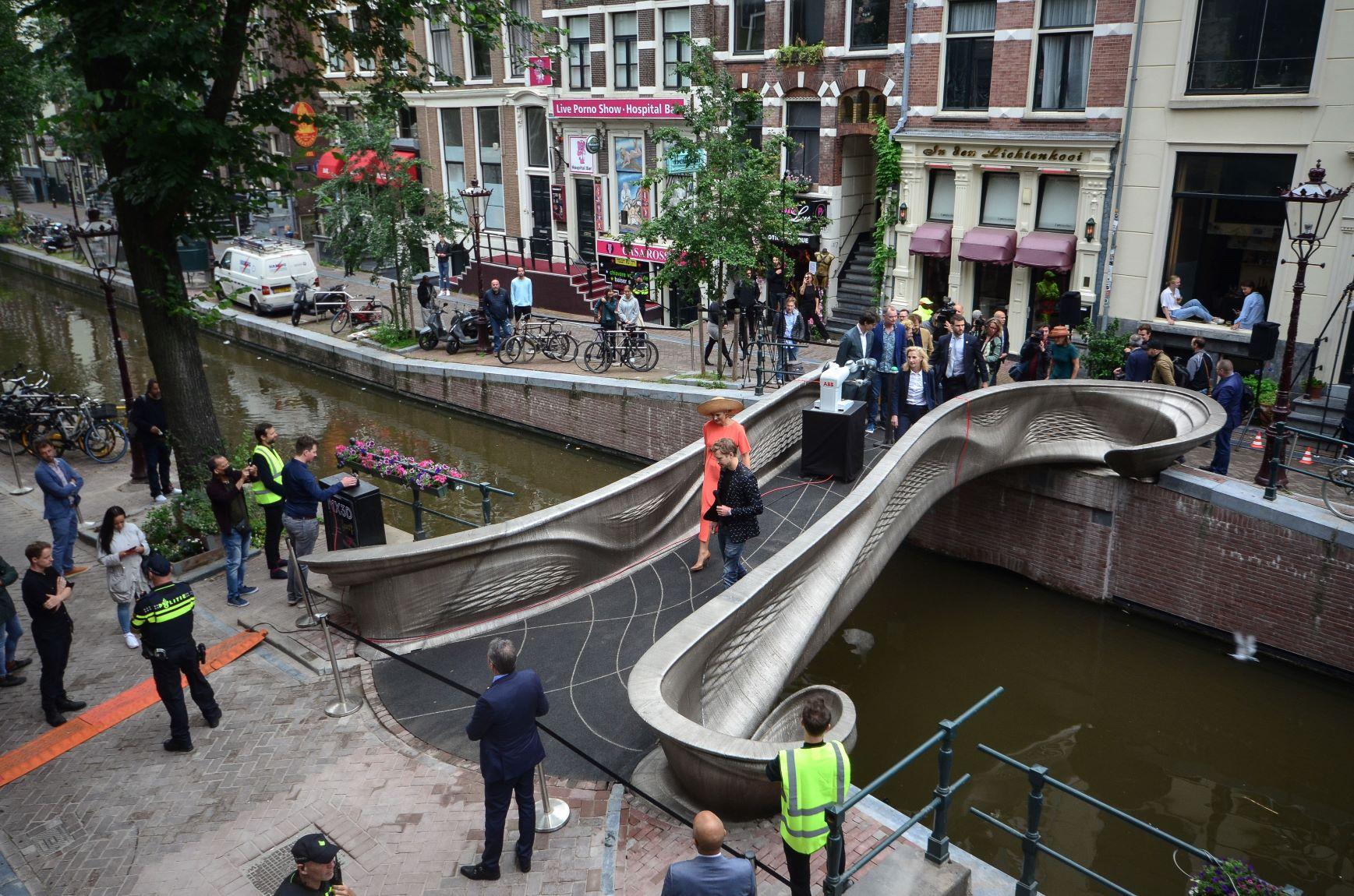 A rainha neerlandesa, máxima, esteve presente na inauguração da ponte, que fica no famoso distrito da luz vermelha